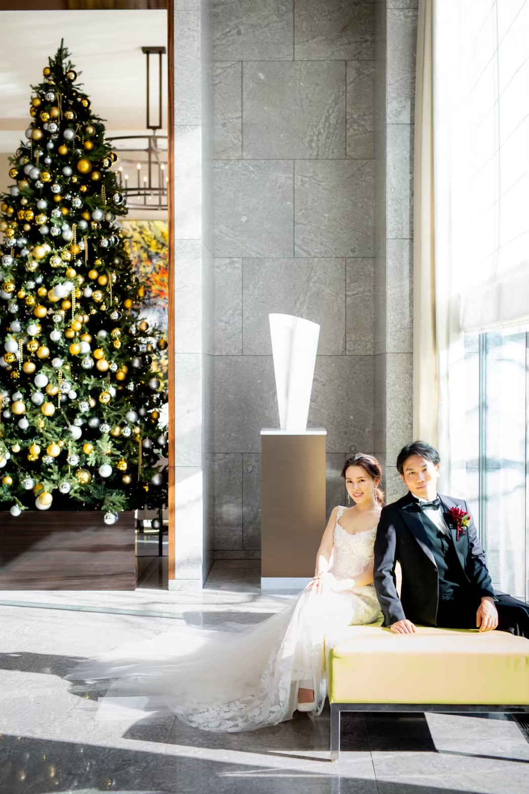 ホリデーシーズンに飾られるクリスマスツリーが印象的なパレスホテル東京のエントランスでは、季節を感じるお写真を残すことが出来ます