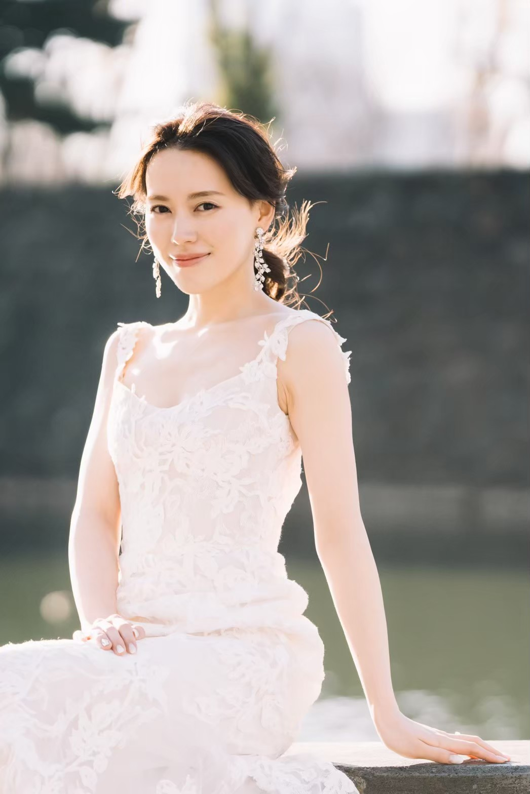 モニークルイリエのレースのドレスは新婦様の凛としていて柔らかい、女性らしい魅力を引き立てます