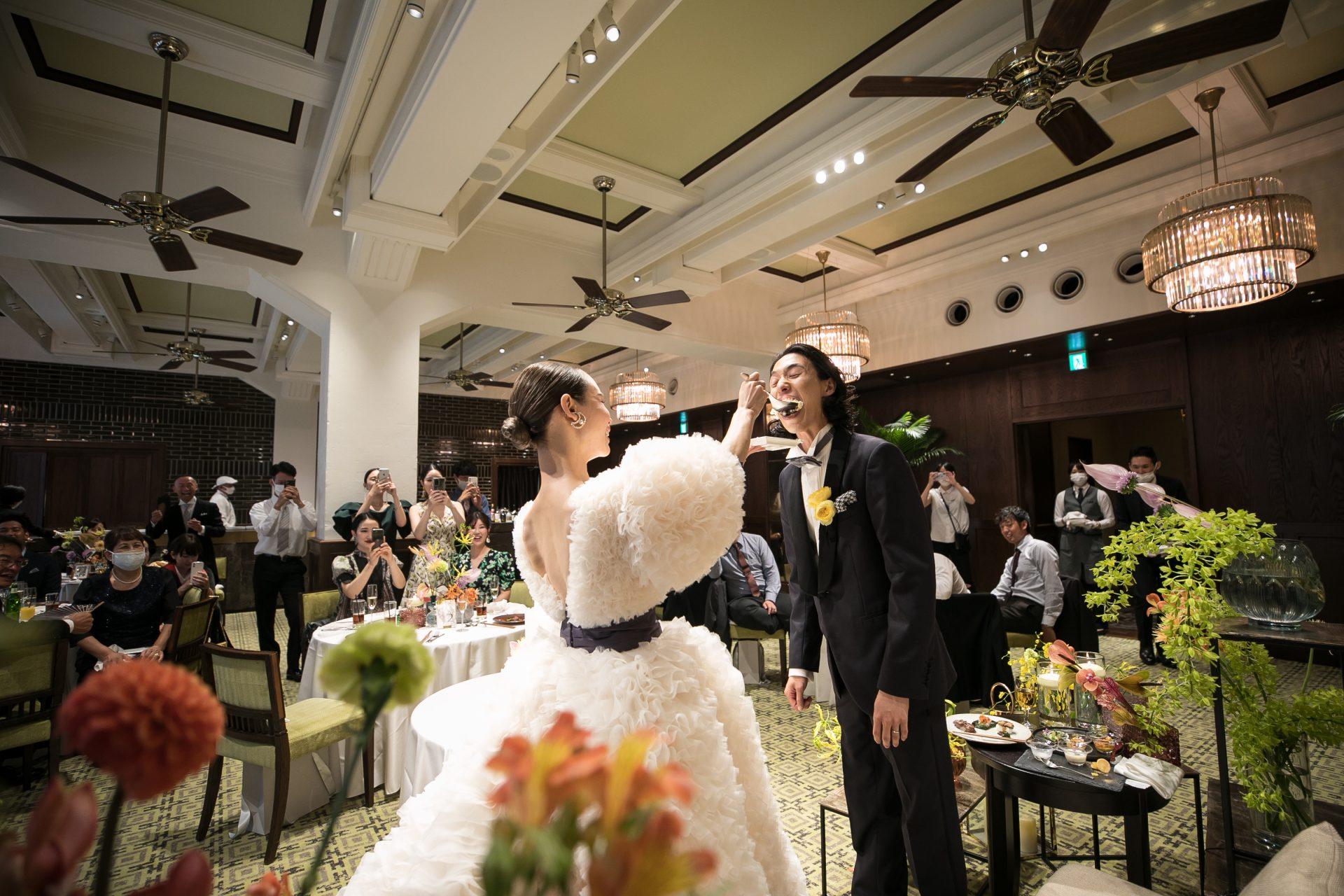 TOMOKOIZUMI for TREAT MAISONのドラマティックなウェディングドレス