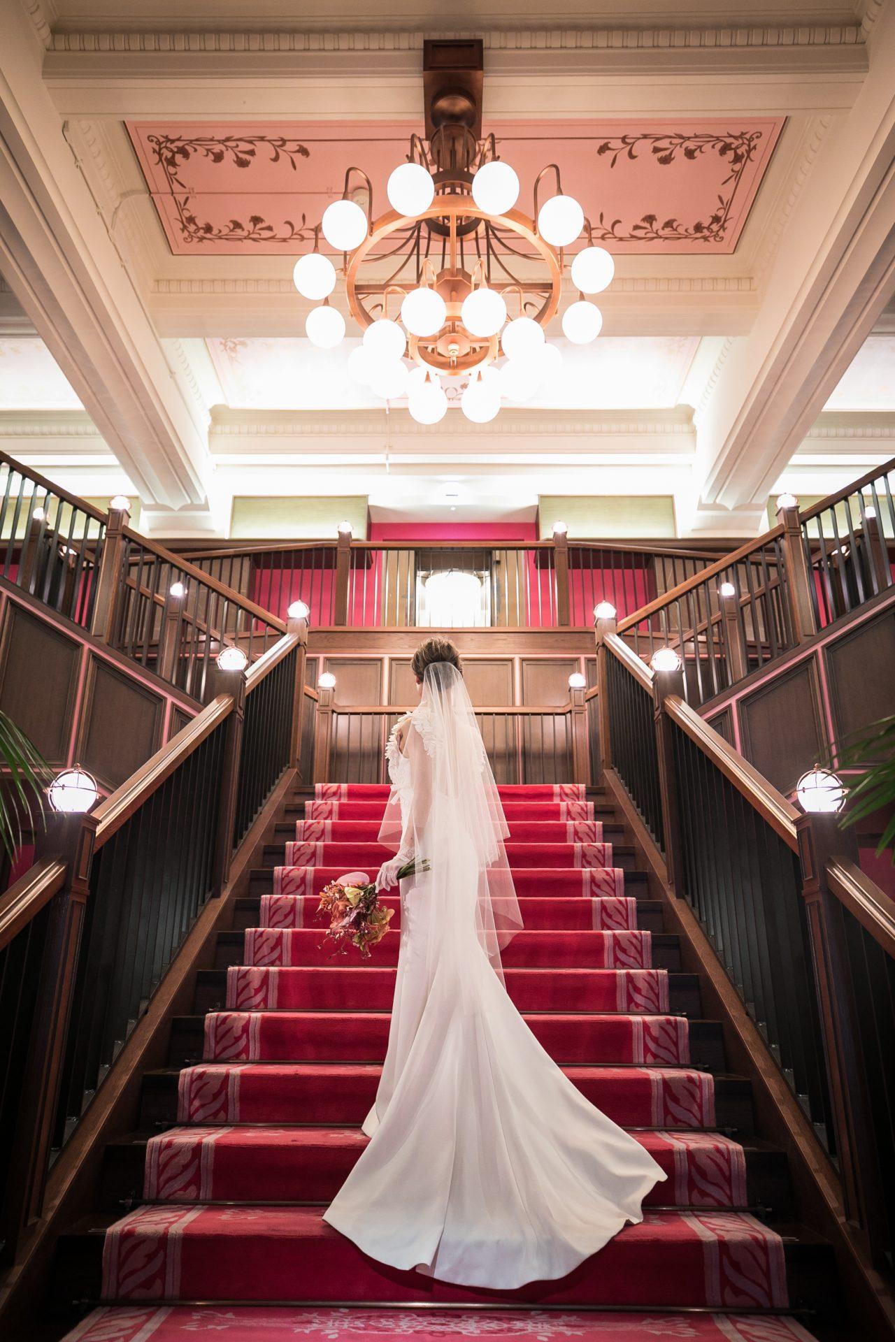 ザトリートドレッシング名古屋店のウェディングドレスでザ ・コンダーハウスの大階段での撮影
